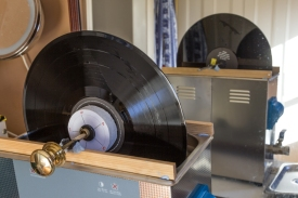 cleaning a vinyl LP record with an ultrasonic cleaner